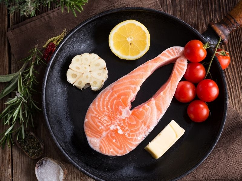 Lườn cá hồi làm món gì ngon? Cá hồi chiên bơ tỏi