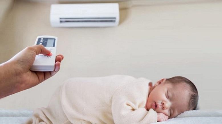 Trẻ sơ sinh nên nằm quạt hay điều hòa